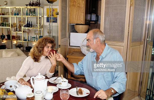 Rendezvous With Sean Connery And His Wife Micheline At Home In Los Angeles Aux EtatsUnis à Los Angeles le 3 novembre 1993 Sean CONNERY acteur et son...