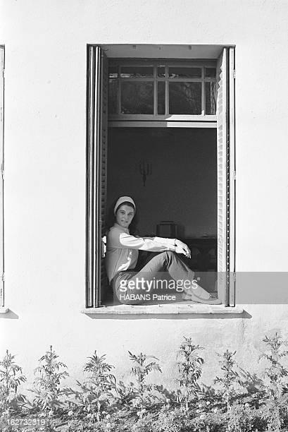 Rendezvous With Sheila On Holiday Attitude souriante de SHEILA assise sur le rebord d'une fenêtre de sa propriété de SAINTRAPHAEL