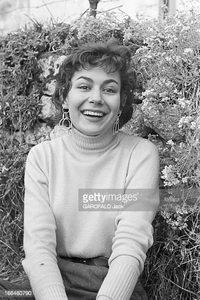 Rendezvous With Simone Bicheron. France, 15 septembre 1958 - En extérieur, portrait de Simone BICHERON, dit 'Minouflette', mannequin français et...