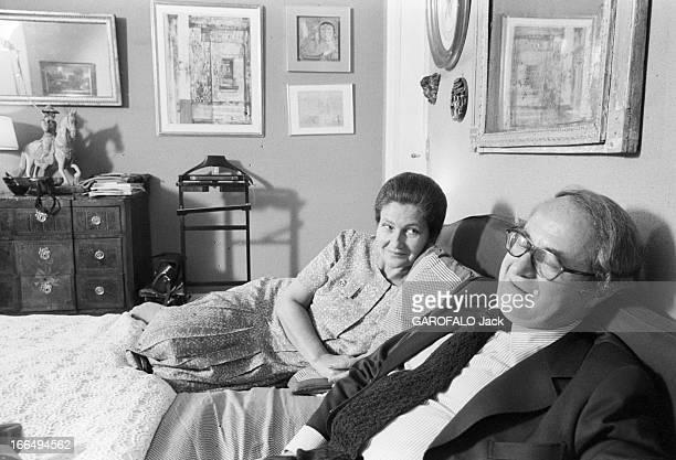 Rendezvous With Simone Veil Paris 3 juin 1979 Simone VEIL en famille avec son mari Antoine VEIL dans son appartement Place Vauban à l'occasion de sa...
