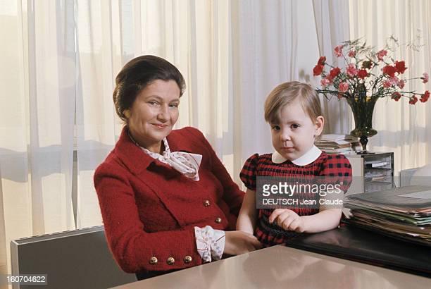 Rendezvous With Simone Veil The Minister Of Health At Her Office Madame le Ministre de la santé Simone Veil pose avec sa petite fille Isabelle assise...