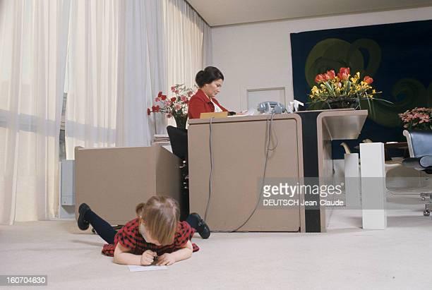 Rendezvous With Simone Veil The Minister Of Health At Her Office Madame le Ministre de la santé Simone Veil pose assise à son bureau avec sa petite...
