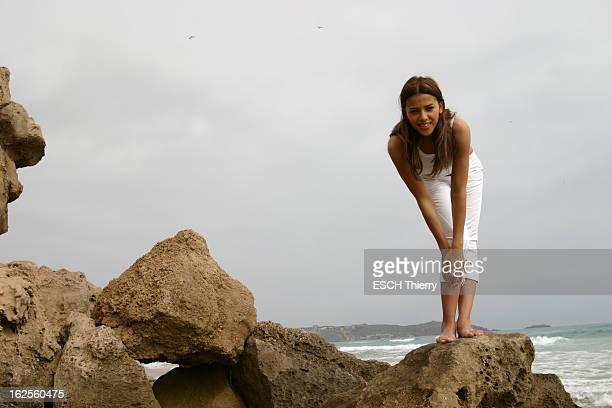 Rendezvous With Singer Nadiya In Algeria Retour au pays de l'enfance pour NADIYA attitude souriante de NADIYA en corsaire et débardeur blanc le buste...