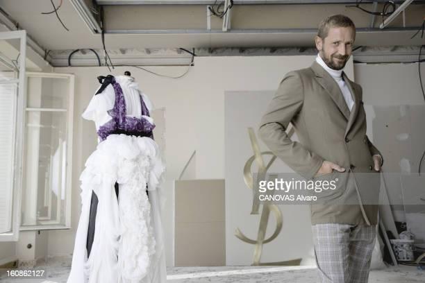 Rendezvous With Stefano Pilati Attitude souriante de Stefano PILATI le directeur artistique du prêtàporter Yves Saint Laurent posant les mains dans...