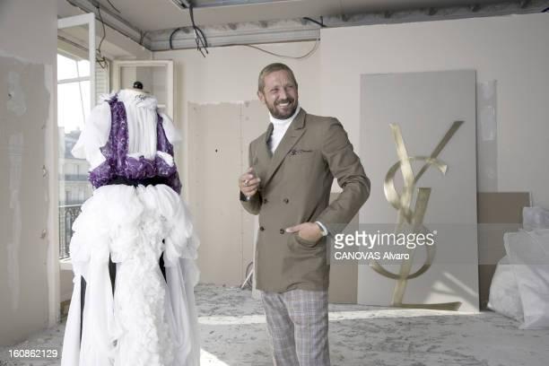 Rendezvous With Stefano Pilati Plan de troisquarts riant de Stefano PILATI le directeur artistique du prêtàporter Yves Saint Laurent posant une...