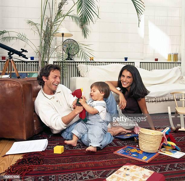 Rendezvous With Stéphane Freiss And His Wife Ursula 16 mai 1997 Portrait de Stéphane FREISS avec sa femme Ursula chez eux et leur fille Camille
