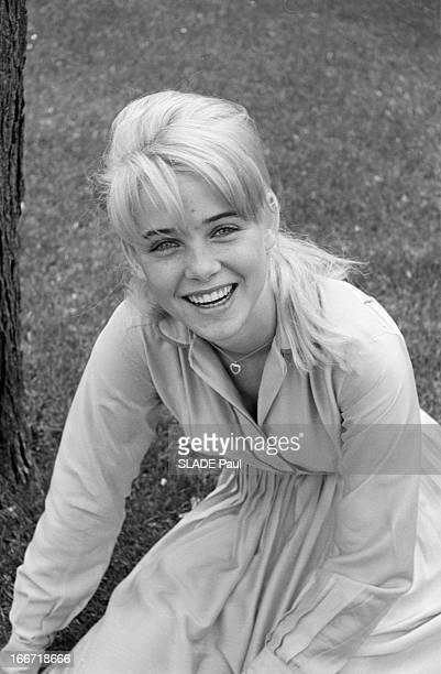 Rendezvous With Sue Lyon Lolita In Stanley Kubrick Film En juin 1962 aux EtatsUnis en extérieur dans un zoo de New York portrait souriant en plongée...