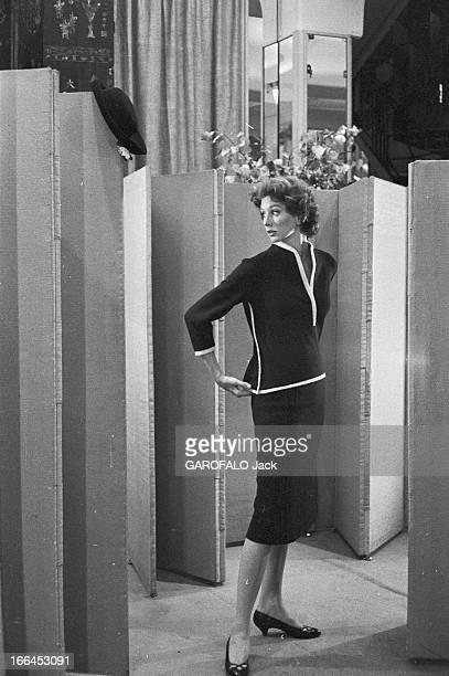 Rendezvous With Suzy Parker France Paris 2 aout 1957 Suzy PARKER ancienne covergirl devenue mannequin vient faire du shopping dans la capitale...