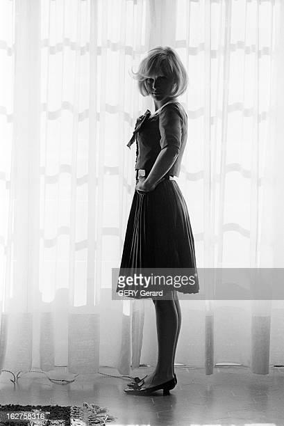 Rendezvous With Sylvie Vartan En France à la campagne en juillet 1964 rendezvous avec Sylvie VARTAN Dans une pièce de la maison Sylvie VARTAN vêtue...