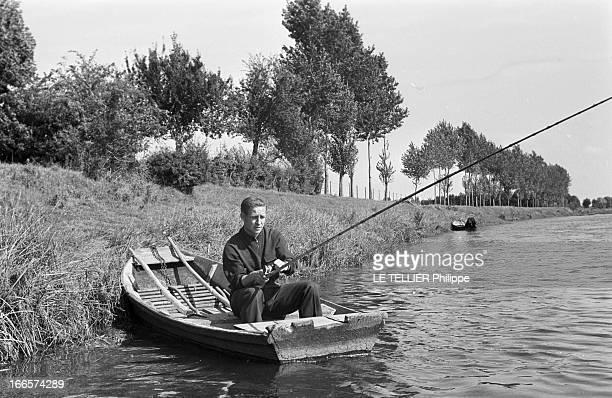 Rendezvous With Te Soccer Player Raymond Kopa. France, 24 septembre 1956 --- Raymond KOPA, footballeur français, assis dans une barque amarrée à la...