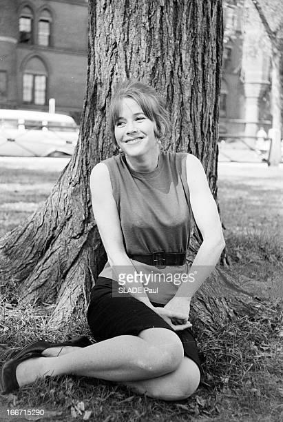 Rendezvous With The Actress Julie Harris En 1961 à New York l' actrice américaine Julie HARRIS en extérieur dans un parc assise sur le sol devant un...