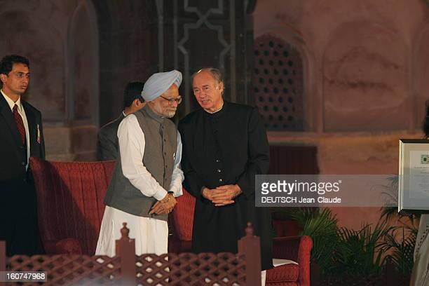 Rendezvous With The Aga Khan In India L'AGA KHAN discutant avec le docteur Manmohan SINGH Premier ministre de l'INDE lors de la remise du prix...