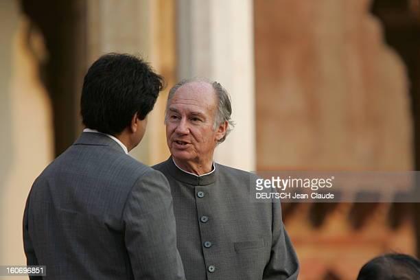 Rendezvous With The Aga Khan In India L'AGA KHAN discutant avec un homme non identifié de dos dans la cour du Fort rouge à AGRA lors de la cérémonie...