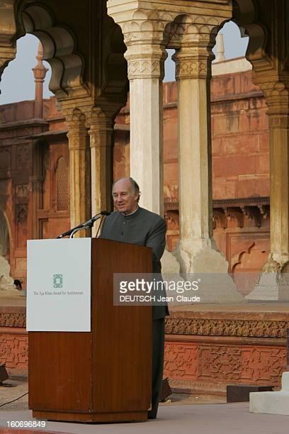 Rendezvous With The Aga Khan In India L'AGA KHAN faisant un discours lors d'une cérémonie pour l'émission d'un timbre commémoratif dans la cour du...