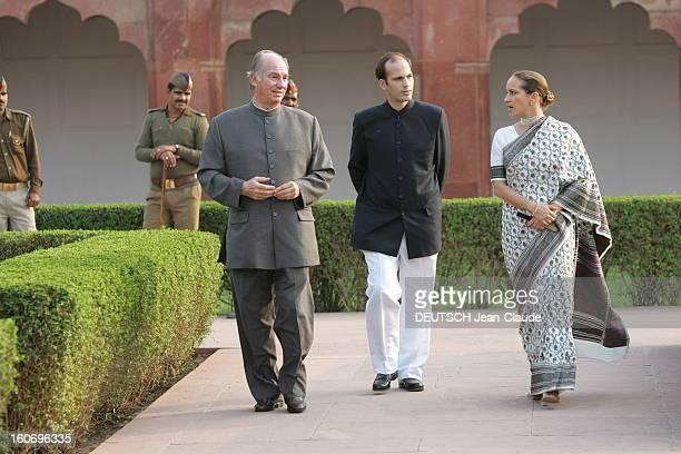 Rendezvous With The Aga Khan In India L'AGA KHAN se promenant dans les jardins du Fort rouge d'AGRA avec ses enfants Hussain et Zahra