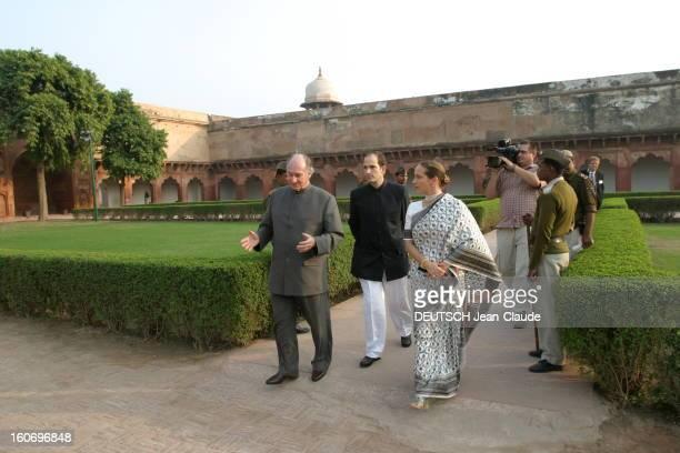 Rendezvous With The Aga Khan In India L'AGA KHAN se promenant dans les jardins du Fort rouge à AGRA avec ses enfants Hussain et Zahra