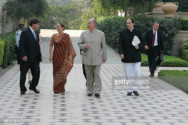 Rendezvous With The Aga Khan In India L'AGA KHAN se promenant dans les jardins d'un palace d'AGRA avec ses enfants Hussain 30 ans et Zahra 34 ans
