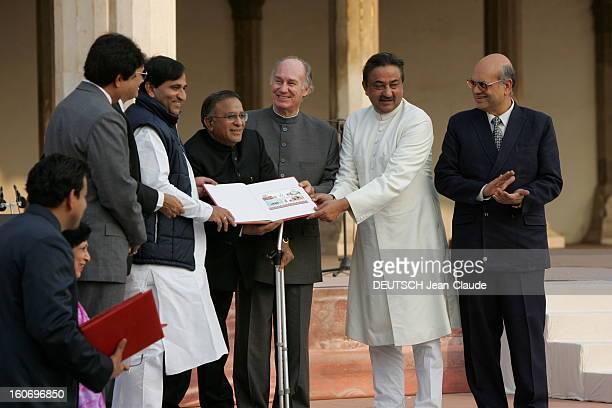 Rendezvous With The Aga Khan In India L'AGA KHAN souriant avec des hommes non identifiés lors d'une cérémonie pour l'émission d'un timbre...