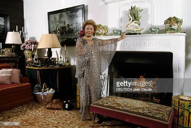 Rendezvous With The Baroness Nadine De Rothschild In Her Chalet In Megeve Megève Mars 1991 Dans son chalet la Baronne Nadine DE ROTHSCHILD posant...