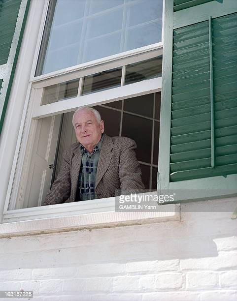 Rendezvous With The Director James Ivory Aux EtatsUnis le 19 mars 1999 portrait du réalisateur James IVORY posant à une fenêtre de sa maison