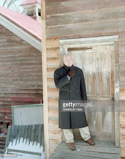 Rendezvous With The Director James Ivory Aux EtatsUnis le 19 mars 1999 portrait du réalisateur James IVORY posant devant la porte d'une maison en bois