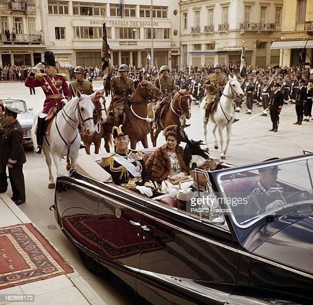 Rendezvous With The Royal Family Of Greece En Grèce sur une place PAUL 1er DE GRECE en uniforme avec un chapeau bicorne assis aux côté de son épouse...