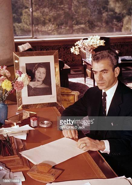 Rendezvous With The Shah Of Iran Portrait du Shah d'Iran veste noire sur chemise blanche et cravate assis à son bureau mains posées sur des documents
