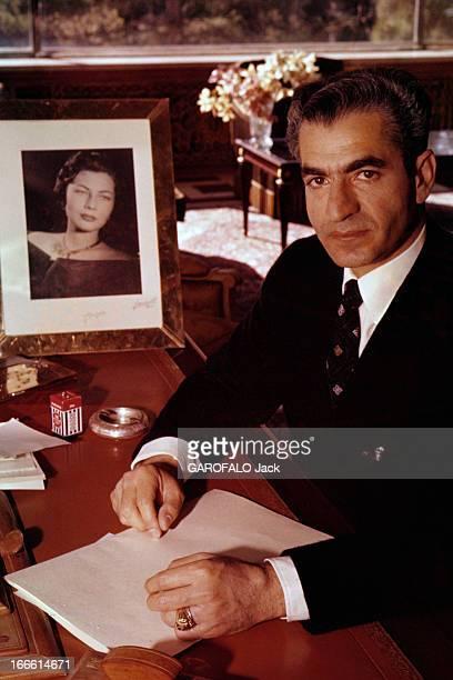 Rendezvous With The Shah Of Iran Portrait du Shah d'Iran veste noire sur chemise blanche et cravate souriant assis à son bureau mains posées sur des...