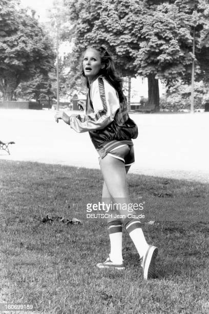 Rendezvous With Ursula Andress In Paris Attitude sexy d'Ursula ANDRESS en tenue de sport dont un short ultracourt dans un parc à PARIS