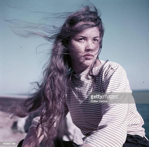 Rendezvous With Valeria Moriconi Lors d'une séance de portraits en extérieur l'actrice Valeria MORICONI pose assise sur un rocher en bord de mer les...
