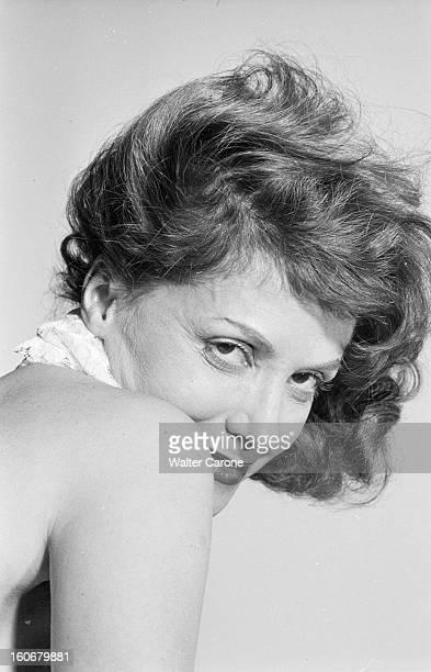 Rendezvous With Vera Clouzot En France en 1954 portrait de Vera CLOUZOT actrice scripte épaule nue chez elle dans sa chambre