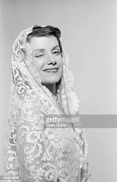 Rendezvous With Vera Clouzot En France en 1954 portrait de Vera CLOUZOT actrice scripte portant un voile chez elle dans sa chambre