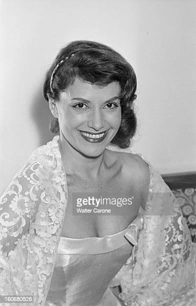 Rendezvous With Vera Clouzot En France en 1954 portrait de Vera CLOUZOT actrice scripte chez elle dans sa chambre