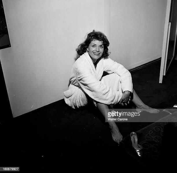 Rendezvous With Vera Clouzot En France en 1954 Vera CLOUZOT actrice scripte portant un peignoir assise au sol chez elle dans sa chambre