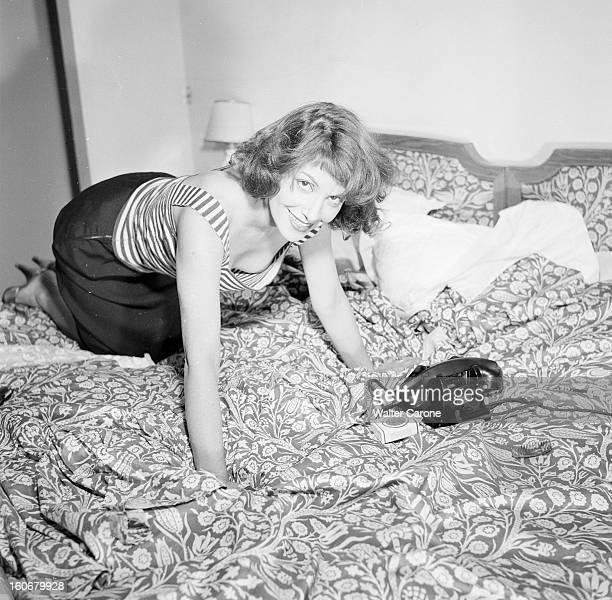 Rendezvous With Vera Clouzot En France en 1954 Vera CLOUZOT actrice scripte à genoux sur son lit chez elle dans sa chambre