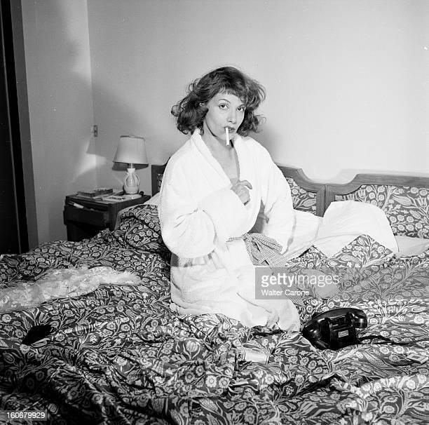 Rendezvous With Vera Clouzot En France en 1954 Vera CLOUZOT actrice scripte chez elle portant un peignoir fumant une cigarette sur son lit dans sa...