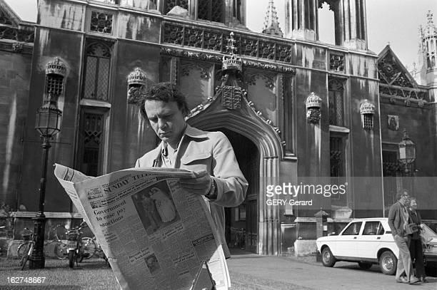 Rendezvous With Vladimir Bukovsky En 1978 à Cambridge en Angleterre l' ancien dissident soviétique Vladimir BOUKOVSKY ou BOUKOVSKI lisant le journal...