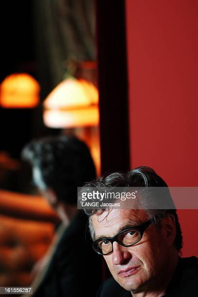 Rendezvous With Wim Wenders Plan de face de Wim WENDERS réalisateur du film 'Land of plenty' dans une suite de l'hôtel Costes à PARIS