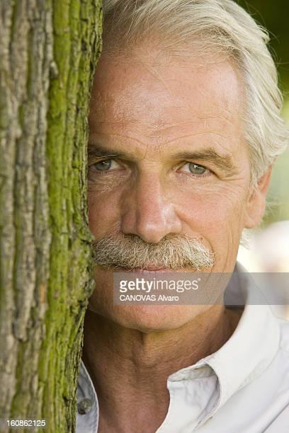 Rendezvous With Yann Arthusbertrand Plan de face souriant de Yann ARTHUSBERTRAND élu à l'Académie des beauxarts pour la photographie appuyé contre un...