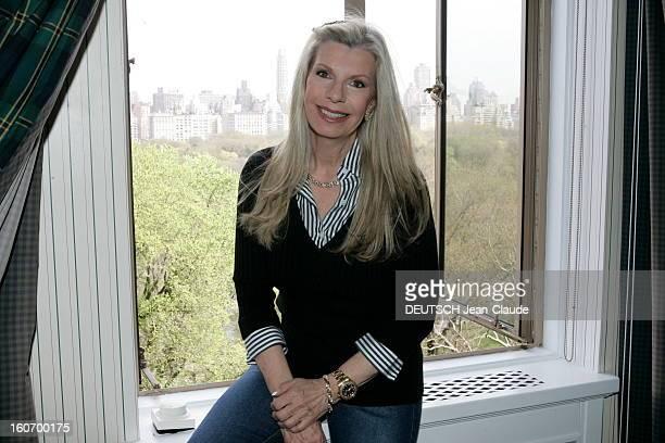Rendezvous With Yasmin Aga Khan Attitude souriante de Yasmin AGA KHAN fille de Ali Khan et de Rita Hayworth posant sur un rebord de fenêtre de son...