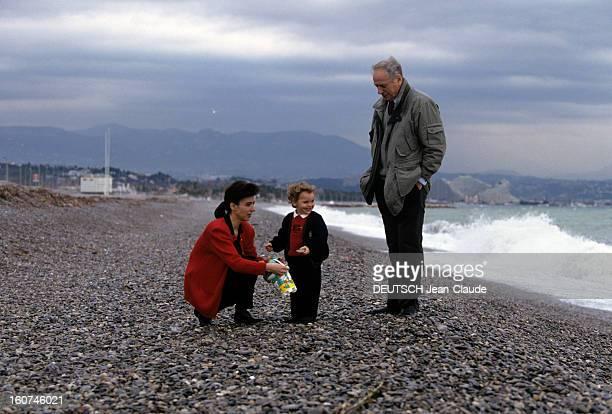 Rendezvous With Yves Montand Antibes Octobre 1991 Yves MONTAND et sa compagne Carole AMIEL avec leur fils Valentin sur la plage de galets d'Antibes