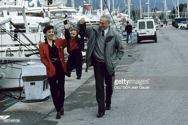 Rendezvous With Yves Montand Antibes Octobre 1991 Yves MONTAND et sa compagne Carole AMIEL se promenant avec leur fils Valentin sur le port d'Antibes