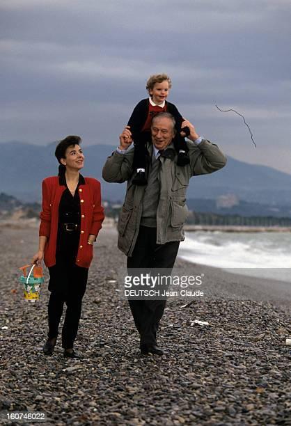 Rendezvous With Yves Montand Antibes Octobre 1991 Yves MONTAND leur fils Valentin juché sur ses épaules et sa compagne Carole AMIEL se promenant sur...