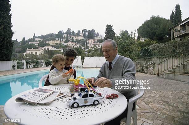 Rendezvous With Yves Montand SaintPauldeVence Octobre 1991 Yves MONTAND et sa compagne Carole AMIEL jouant en compagnie de leur fils Valentin avec...