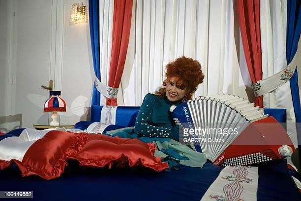 Rendezvous With Yvette Horner En France à Paris en novembre 1989 Yvette HORNER accordéoniste posant dans sa chambre 'bleu blanc rouge' avec son...