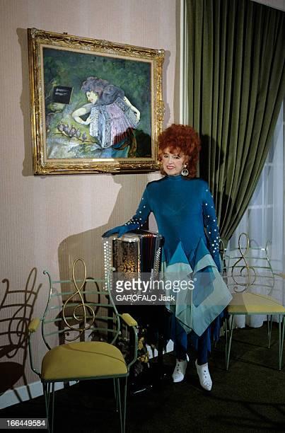 Rendezvous With Yvette Horner En France à Paris en novembre 1989 Yvette HORNER accordéoniste posant à côté d'un tableau d'une accordéoniste avec son...