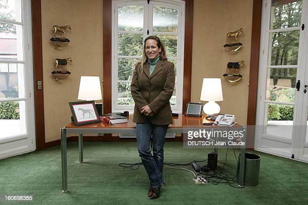 Rendezvous With Zahra Aga Khan. Attitude souriante de Zahra AGA KHAN posant dans son bureau des haras d'AIGLEMONT près de CHANTILLY.