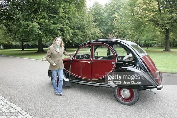 Rendezvous With Zahra Aga Khan Attitude souriante de Zahra AGA KHAN posant devant sa 2 CV Citroën dans le parc des haras des AGA KHAN à AIGLEMONT...
