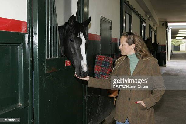 Rendezvous With Zahra Aga Khan. Le cheval Dakiyah dans son box des haras d'AIGLEMONT près de CHANTILLY mangeant dans la main de Zahra AGA KHAN.