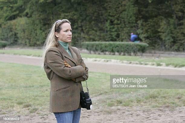 Rendezvous With Zahra Aga Khan. Plan de trois-quarts de Zahra AGA KHAN regardant les chevaux des haras des AGA KHAN à l'entraînement à AIGLEMONT près...